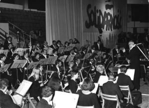 """Koncert dla """"Solidarności"""". Orkiestra Symfoniczna Filharmonii pod dyrekcją Kazimierza Wiłkomirskiego (1980)"""