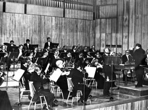 Koncert dyplomantów PSM w Olsztynie. Orkiestrą Filharmonii Olsztyńskiej dyryguje Roman Urbanek, solista: Henryk Karniło (1981)