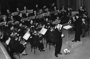 Orkiestra Symfoniczna pod dyrekcją Stanisława Malawki, solista: Bernard Ładysz. Teatr im. Stefana Jaracza w Olszynie (1959)
