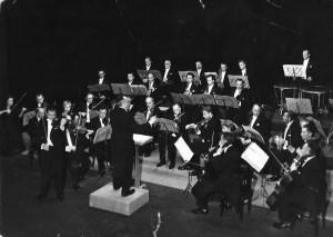 Koncert inaugurujący sezon 1959/1960. Orkiestra Symfoniczna pod dyrekcją Olgierda Straszyńskiego, solista: Henryk Palulis - skrzypce, zaprezentował